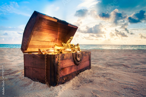 Fényképezés  Open treasure chest on the beach