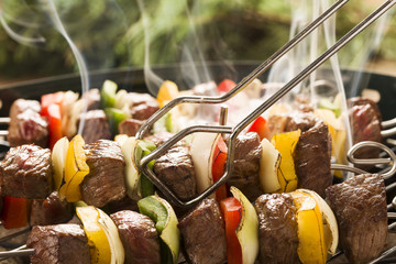 FototapetaGrilled beef skewers with onions and peppers color.