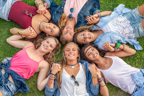 Fotografia  happy smiling group of diverse girls