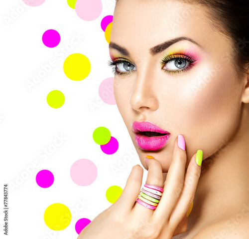 Foto op Plexiglas Beauty Beauty girl with colorful makeup, nail polish and accessories