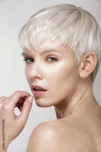Fotografía  Beauty model blonde short hair showing perfect skin