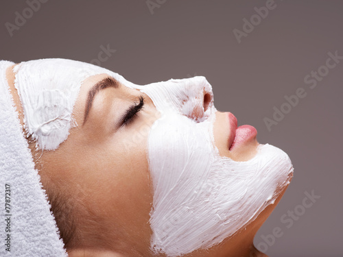 Poster  woman relaxing in spa salon with cosmetic mask on face