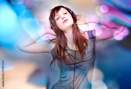Fotografie, Obraz  Hermosa y joven mujer escuchando musica con auriculares