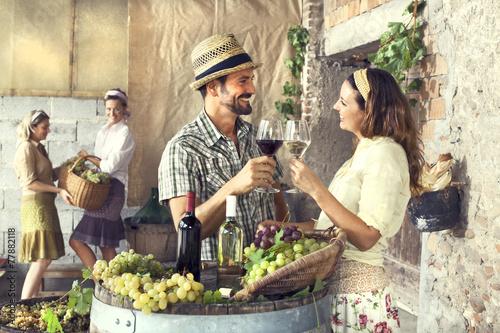 Fotografía  farmers couple drinking wine in a farm