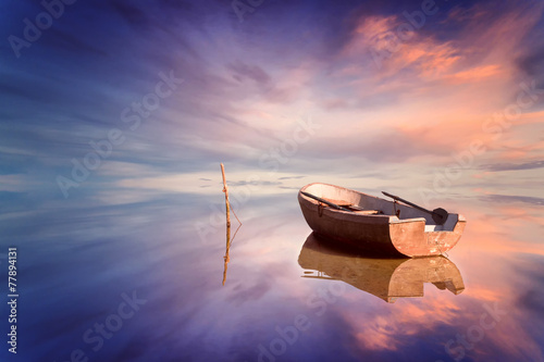 Fotografía Lonely boat and amazing sunset at the sea