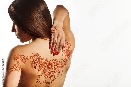 Plakat nagie plecy młodej dziewczyny z henną mehendi