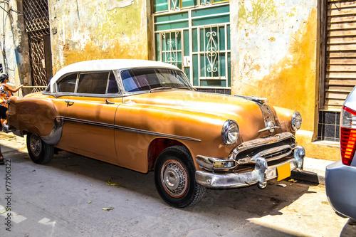 fototapeta na lodówkę Amerykańskie i sowieckie samochody 1950 - 1960 z Hawany.