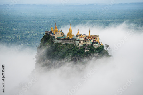 Photo  Mount Po-pa with fog, the old volcano in Myanmar