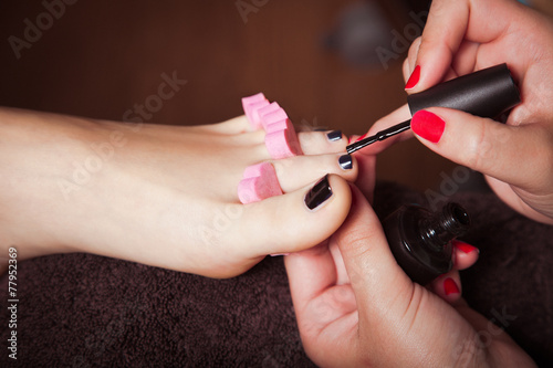 Spoed Foto op Canvas Pedicure applying nail polish