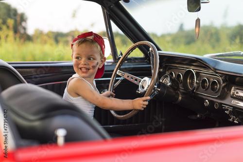 Blij kind in de auto