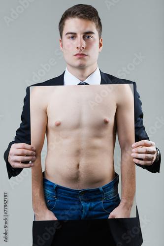 biznesmen-trzyma-fotografie-naga-meska-polpostac-w-czarnym-kostiumu