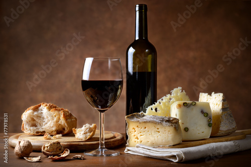 Fotografie, Obraz  Chléb, sýr, červené víno a vlašské ořechy