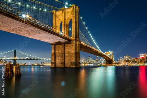 Foto auf Leinwand Brooklyn Bridge Illuminated Brooklyn Bridge by night