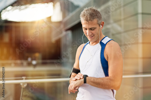 Fotografía  Male Athlete Looking At Watch