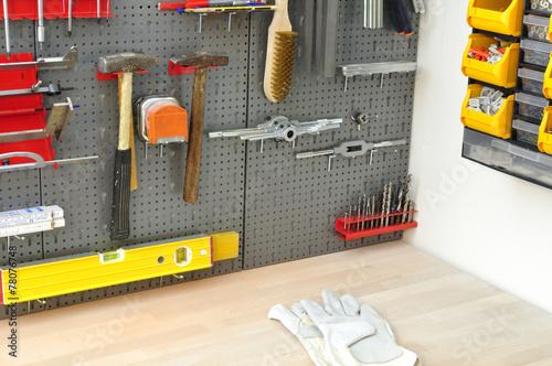 Valokuva  Lochwand mit Werkzeug