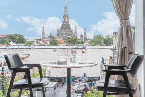 Photo  Riverside seats and tables near Chaophraya river in Bangkok, Tha