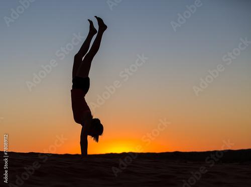 Sunrise handstand Fototapet
