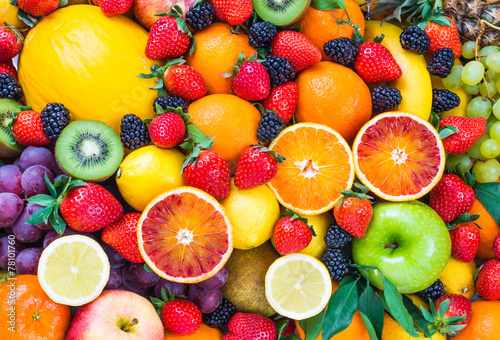 Montage in der Fensternische Fruchte Fresh fruits.Mixed fruits background.