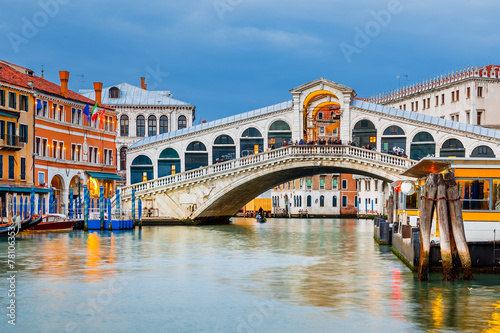 Photo  Rialto Bridge at dusk
