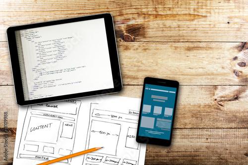 Fotografía  Sitio web de alambre croquis y código de programación en la tablilla digital