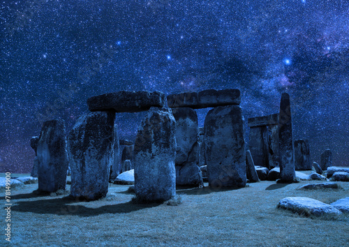 Fotografía Stonehenge on the background of the night sky.