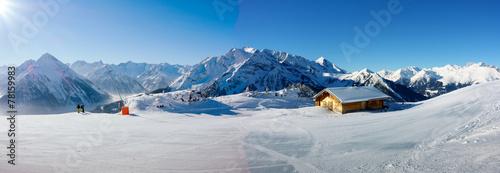 Naklejki na meble Zimowa panorama z narciarzami i chatą narciarską