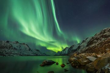 Aurora Borealis odbijała się między dwoma fiordami w Tromsø