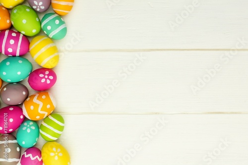 Foto  Colorful Easter egg side border against white wood