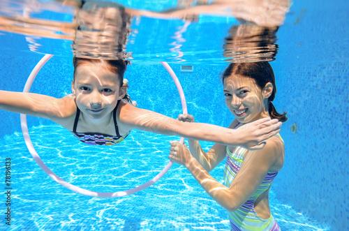 dzieci-plywaja-w-basenie-pod-woda-dziewczeta-plywaja-i-bawia-sie