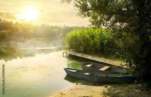 Foto auf Gartenposter Fluss Boats near pier