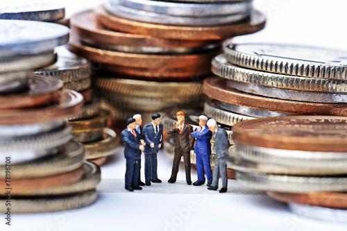 Photo お金に囲まれている人々