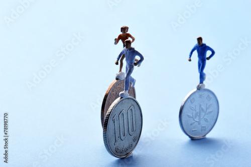 Fotografie, Obraz  お金の上で競争して走っている人間のミニチュア
