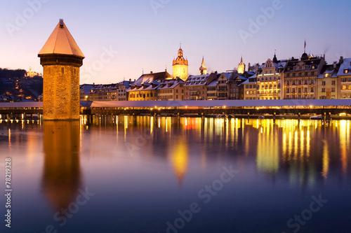 Photographie  Pont de la chapelle la nuit à Lucerne, Suisse