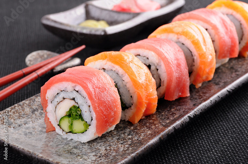 Deurstickers Sushi bar Salmon & tuna sushi roll