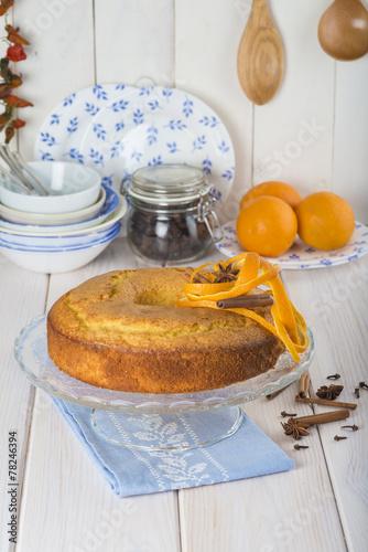 Bizcocho de naranja para el desayuno en la mesa de la cocina ...