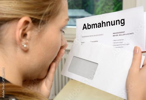 Fotografia  Frau im Schock wegen Abmahnung