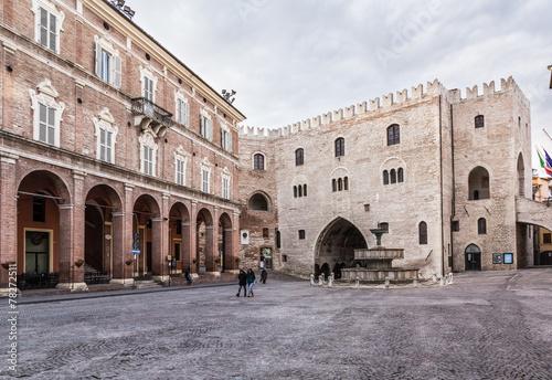 Fotografia  Fabriano, piazza alta, Italia