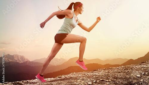Deurstickers Jogging Junge joggerin läuft auf berg