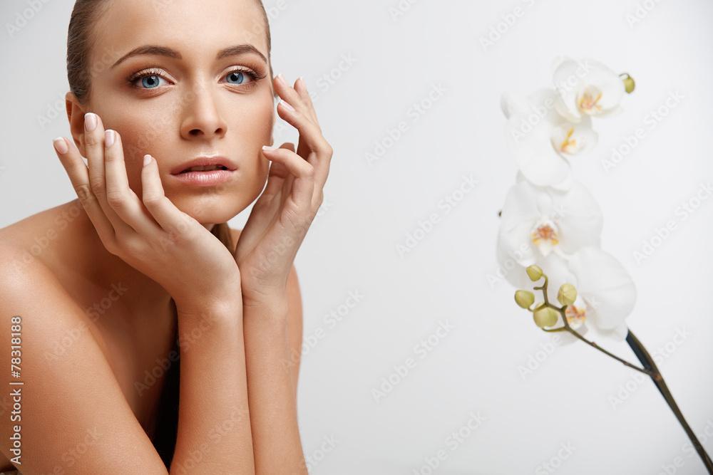 Spa Frau. Schönes Mädchen berührt ihr Gesicht. Perfect Skin. Poster ...