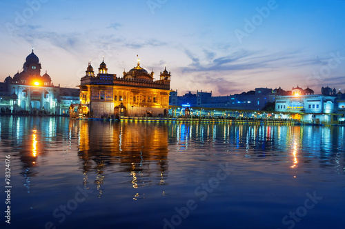 Foto  Golden Temple in the evening. Amritsar. India