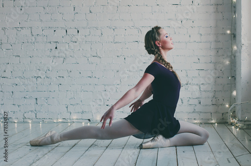 fototapeta na szkło Młoda tancerka baleriny pokazano jej technik tutu