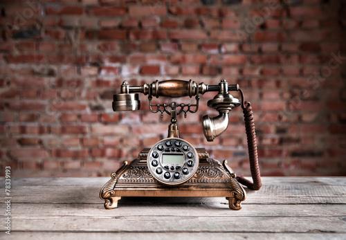 retro-telefon-na-drewnianym-tle