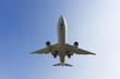 青空を飛行する旅客機
