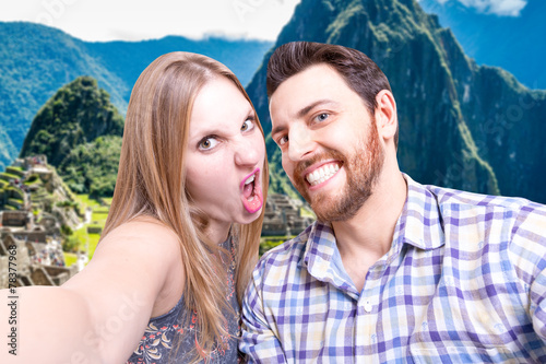 Photo  Beautiful Couple taking a selfie photo in Machu Picchu, Peru