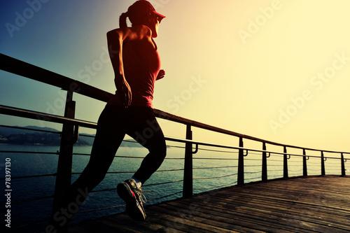 kobieta-biega-po-promenadzie-o-wschodzie-slonca