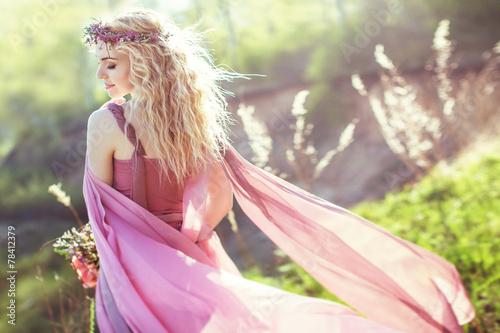 Plakat Piękna blondynki dziewczyna w menchiach tęsk suknia