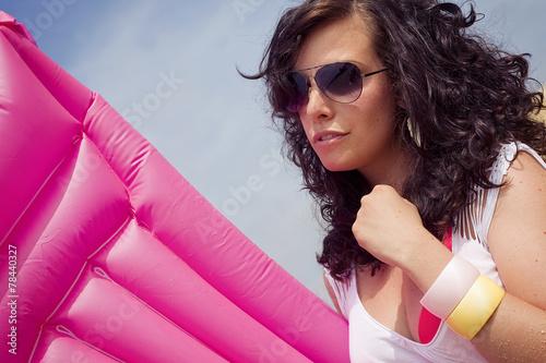 Fotografie, Obraz  Frau mit Sonnenbrille und Luftmatratze