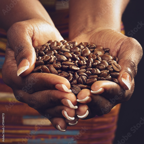 Fotobehang Koffiebonen femme noire tenant café en grains