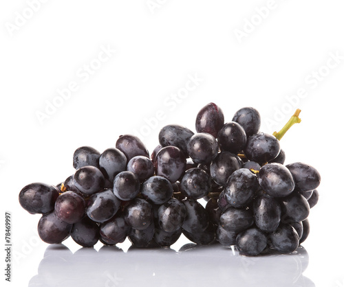 Black grapes over white background Fototapete