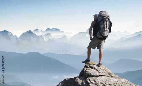 Fotografia  Tourist in mountain peak. Active life concept
